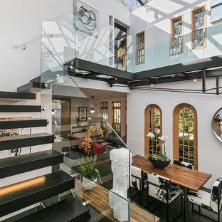 Diseño de escalera suspendida, ecléctica, con escalones de madera pintada, contrahuellas de madera pintada y barandilla de vidrio