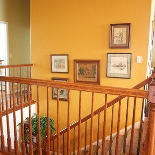 Imagen de escalera recta, tradicional, de tamaño medio, con escalones enmoquetados, contrahuellas enmoquetadas y barandilla de madera