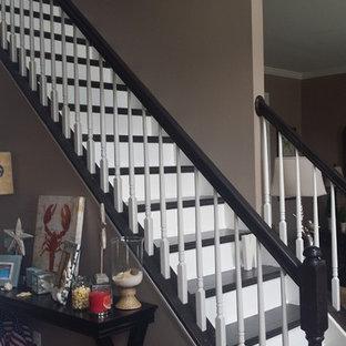 ワシントンD.C.の中サイズの木のトランジショナルスタイルのおしゃれな直階段 (フローリングの蹴込み板) の写真