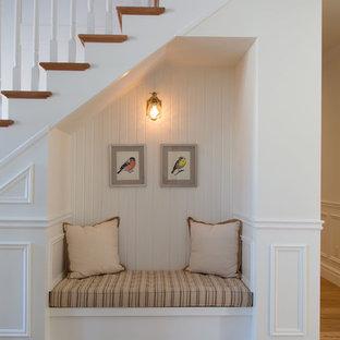 Imagen de escalera recta, escandinava, pequeña, con contrahuellas de madera y barandilla de madera