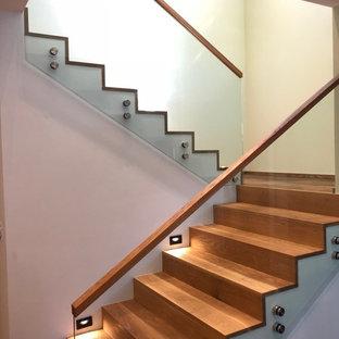 Modelo de escalera en U, de estilo americano, de tamaño medio, con escalones de madera y barandilla de vidrio