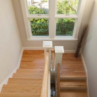 """Ispirazione per una piccola scala a """"U"""" stile americano con pedata in legno e alzata in legno verniciato"""