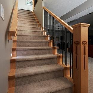 Diseño de escalera recta, de estilo americano, con escalones enmoquetados, contrahuellas enmoquetadas y barandilla de varios materiales