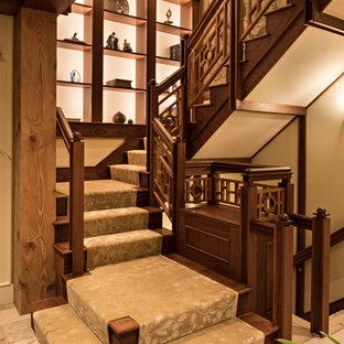 """Esempio di una scala a """"U"""" etnica con parapetto in legno, pedata in legno e alzata in legno"""