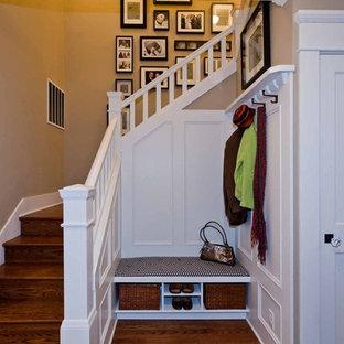 Imagen de escalera en L, tradicional, de tamaño medio, con escalones de madera y contrahuellas de madera