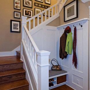 Idées déco pour un escalier classique en U de taille moyenne avec des marches en bois et des contremarches en bois.