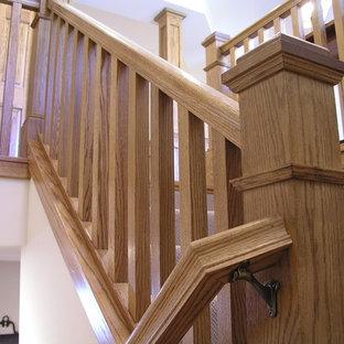 """Esempio di una scala a """"L"""" american style di medie dimensioni con pedata in legno e alzata piastrellata"""