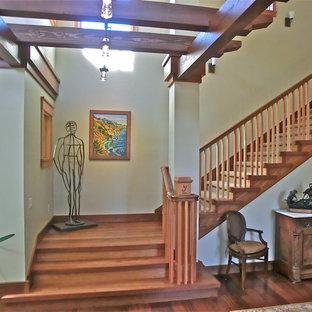 Foto de escalera en L, de estilo americano, extra grande, con escalones de madera y contrahuellas de madera