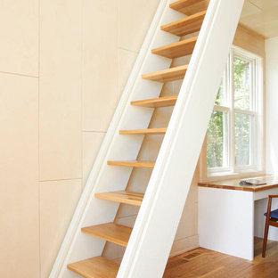 Immagine di una scala a rampa dritta stile marinaro con pedata in legno e nessuna alzata