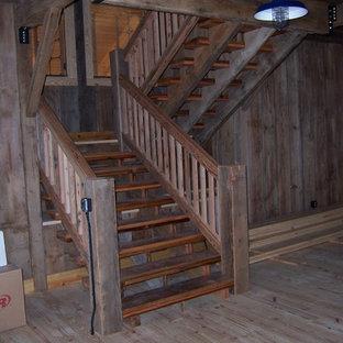 Foto de escalera suspendida, campestre, grande, con escalones de madera, contrahuellas de madera y barandilla de madera