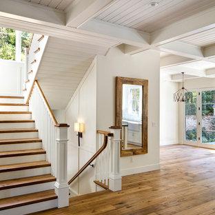 Inspiration för lantliga trappor i trä, med sättsteg i målat trä
