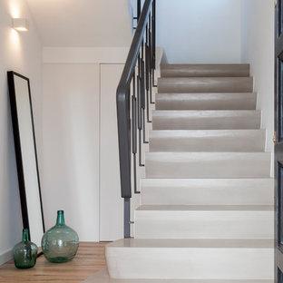 Diseño de escalera en U, clásica renovada, de tamaño medio, con escalones de hormigón y contrahuellas de hormigón
