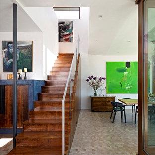 Modelo de escalera recta, retro, grande, con escalones de madera, contrahuellas de madera y barandilla de vidrio
