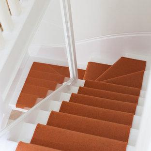 Diseño de escalera actual con escalones enmoquetados y contrahuellas enmoquetadas