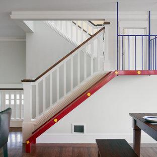 Diseño de escalera en U, clásica, de tamaño medio, con escalones de madera y contrahuellas de madera