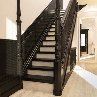 Mittelgroße Klassische Treppe in L-Form mit gebeizten Holz-Treppenstufen und gebeizten Holz-Setzstufen in New York