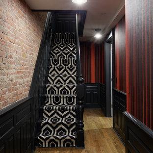 Foto de escalera recta, clásica renovada, de tamaño medio, con escalones de madera pintada, contrahuellas de madera pintada y barandilla de madera