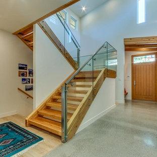 Foto de escalera curva, actual, grande, con escalones de madera y contrahuellas de madera