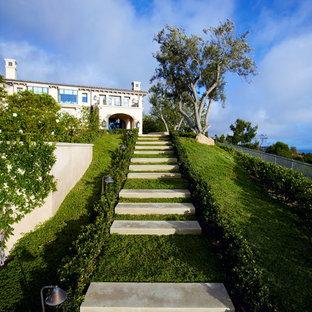 オレンジカウンティの地中海スタイルのおしゃれな階段の写真