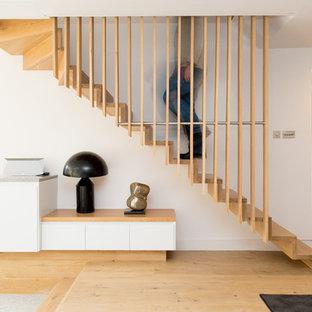 Ejemplo de escalera en L, nórdica, con escalones de madera y contrahuellas de madera