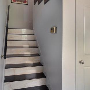 Imagen de escalera recta, minimalista, pequeña, con escalones de madera y contrahuellas con baldosas y/o azulejos