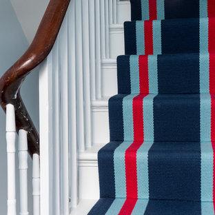 На фото: лестница в классическом стиле с