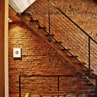 Foto de escalera recta, actual, con escalones de madera y barandilla de cable