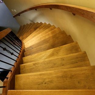 他の地域の木のラスティックスタイルのおしゃれなサーキュラー階段 (木の蹴込み板) の写真