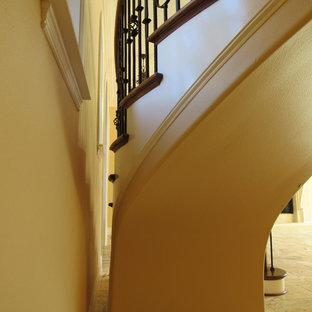 オーランドの木の地中海スタイルのおしゃれな階段の写真