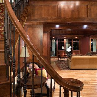 Diseño de escalera costera con escalones de madera, contrahuellas de madera y barandilla de varios materiales