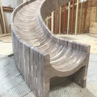 Foto di un'ampia scala curva rustica con pedata in legno, alzata in legno, parapetto in legno e pareti in legno