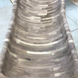 Exempel på en mycket stor rustik svängd trappa i trä, med sättsteg i trä och räcke i trä