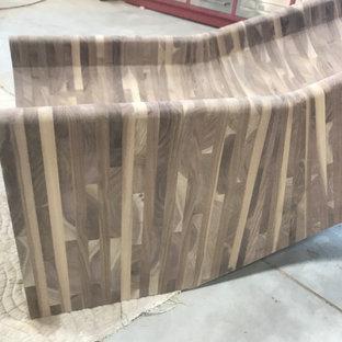 Ejemplo de escalera curva y madera, rústica, extra grande, con escalones de madera, contrahuellas de madera, barandilla de madera y madera