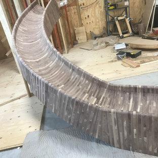 Imagen de escalera curva y madera, rústica, extra grande, con escalones de madera, contrahuellas de madera, barandilla de madera y madera