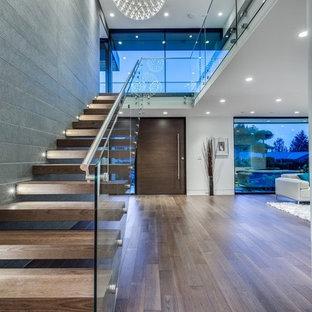 Imagen de escalera recta, minimalista, de tamaño medio, sin contrahuella, con escalones de madera