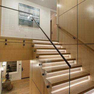 """Idee per una scala a """"U"""" minimalista di medie dimensioni con pedata in legno, alzata in legno e parapetto in vetro"""
