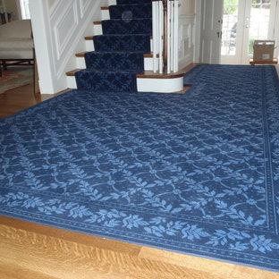 ボストンの中サイズのカーペット敷きのトランジショナルスタイルのおしゃれな直階段 (カーペット張りの蹴込み板) の写真