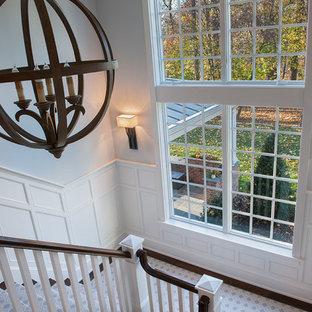 Große Klassische Treppe in U-Form mit Teppich-Treppenstufen und gebeizten Holz-Setzstufen in Philadelphia