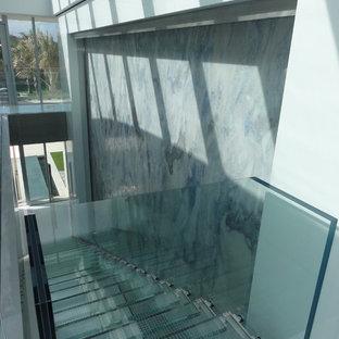 マイアミのコンテンポラリースタイルのおしゃれな階段の写真
