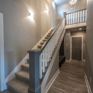Inspiration för mellanstora amerikanska raka trappor, med heltäckningsmatta och sättsteg med heltäckningsmatta