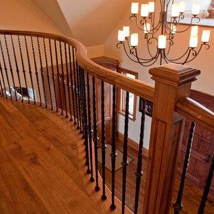 Foto de escalera en L, de estilo americano, de tamaño medio, con escalones de madera y contrahuellas de madera