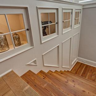 Ejemplo de escalera recta, de estilo americano, de tamaño medio, con escalones de madera y contrahuellas de madera pintada