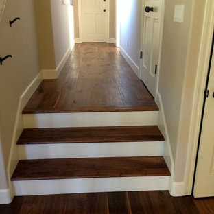 Ejemplo de escalera recta, mediterránea, pequeña, con escalones de madera y contrahuellas de madera pintada