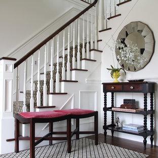 Modelo de escalera en L, tradicional, de tamaño medio, con escalones enmoquetados, contrahuellas enmoquetadas y barandilla de madera