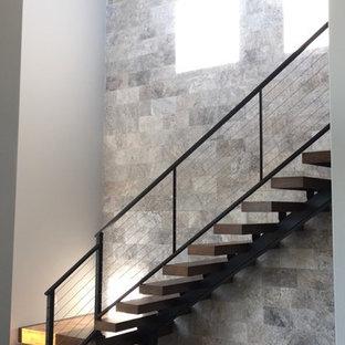 Diseño de escalera suspendida, contemporánea, con escalones de madera y contrahuellas de metal
