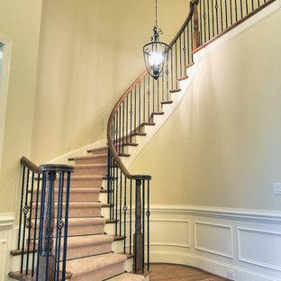 Пример оригинального дизайна: винтовая лестница среднего размера в классическом стиле с деревянными ступенями и крашенными деревянными подступенками