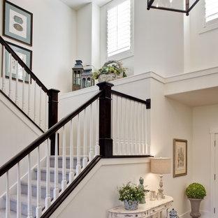 ソルトレイクシティのカーペット敷きのトラディショナルスタイルのおしゃれな折り返し階段 (カーペット張りの蹴込み板) の写真