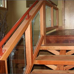 Diseño de escalera recta, rústica, de tamaño medio, con escalones de madera y contrahuellas de vidrio