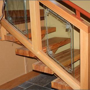 Foto de escalera recta, rural, de tamaño medio, con escalones de madera y contrahuellas de vidrio