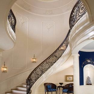 Inspiration för en mycket stor funkis svängd trappa i trä, med sättsteg i målat trä
